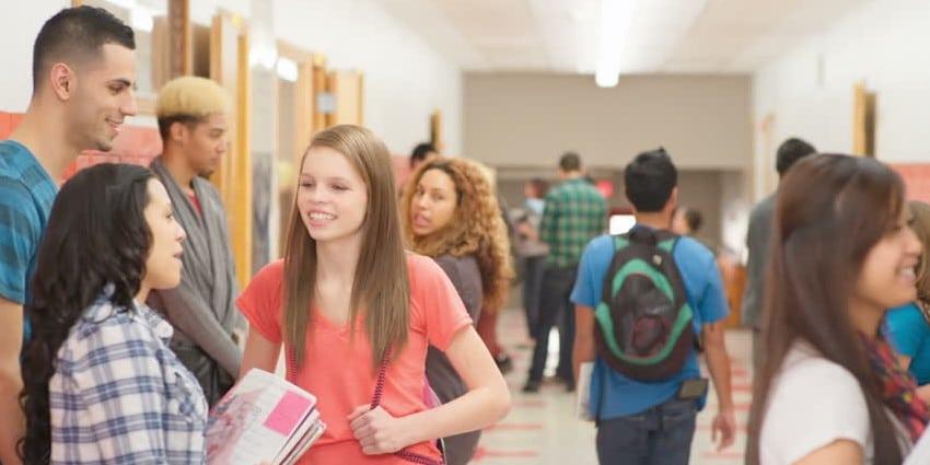 Mengobrol dengan Mahasiswa Lain
